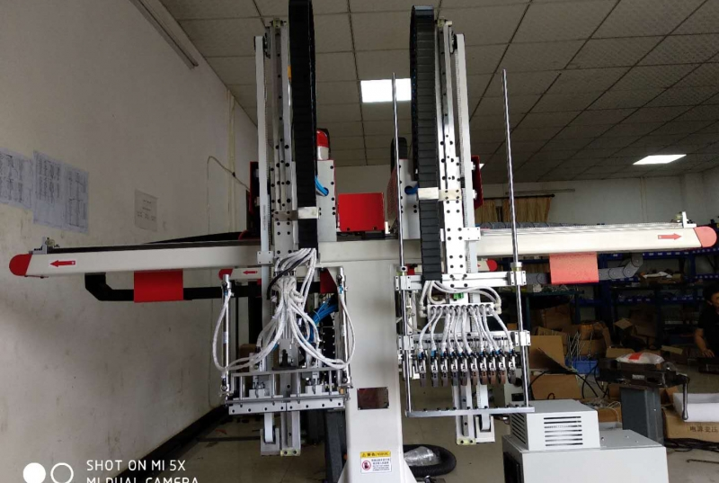 The application of CNC lathe manipulator is more  more widely
