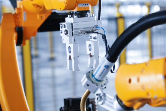 What are the characteristics of the four movement forms of injection robots?